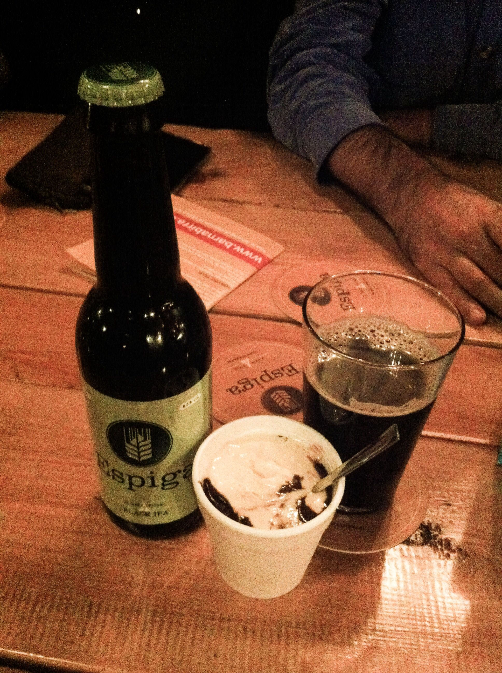 Espiga Black IPA amb Escuma de xocolata calenta amb gelat de vainilla